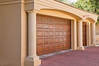 Puerta seccional imitación madera de garaje