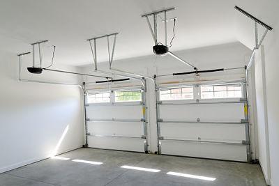 Dos puertas seccionales blancas desde el interior del garaje