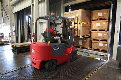 maquina cargando palets en un almacén