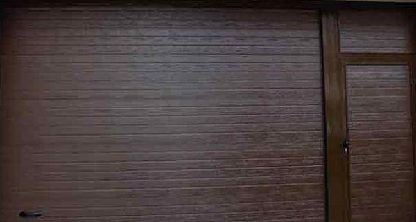 Puerta imitación madera con paso de peatones a la izquierda